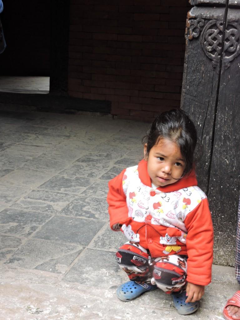 NEPAL, acılarını paylaşıyorum RABBİM yardımcıları olsun. Ben bu Ülkeyi  ve insanını çok sevdim. Kamboçya ve Nepal de çocuklar sefil,ürkek,bakımsız,zayıf,,,beni etkileyen iki Ülke.İnançları ne olursa olsun insan olarak DUALARIM onlar için. O coğrafya da yaşamak onların secimi değildi. Bu bakışı tebessüme çevirmek için ne yapılmaz ki?  BAKMA ÖYLE ÇOCUK. Ben çiftçi bir ailenin kızıyım ve çocukluğum köyde geçti.Varlıklı değil idi ailem ben bilmezdim maddi sıkıntılarımız olmuş,küçüktüm. bi bakardım evimizin önünde 1980 lerden bahsedıyorum araba var. Bi bakmışım  elde bişey yok. Yani AT'tan in EŞŞEĞE bin hallerini iyi bilirim..Anlamazdım, Rahmetli annem hissettırmezdi o hep sevgiden bahsederdi. O yaşlarda öğrendim sevgiyi,paylaşmayı,şikayet etmemeyi önemli olan KALBİMİZ derdi canım annem,nasıl atıyo,bugun mutlu mu??,,,,vbvb, Evde mis gibi kokan yemek pişmiş ise mutlaka komşuya da tadımlık verılırdı. mısır patlatırdı koskoca çam dalını eski yağ tenekeleri vardı onlara toprak doldurur bize noel  ağacı yapardı. Her yıl beklerdım yenı yılı ,bayramları ve diğer güzel günleri. Mutlu olmak için çok neden vardı bize öyle öğretildi.Her akşam yatmadan önce hikayeler anlatılır,  (o hikayelerin hiç biri hıkaye kıtaplarında yoktu büyüdüğümde öğrendim) konuşmalar,dualar edılır ve dilekler ,istekler ALLAHA iletilirdi.Aynısını bende çocuklarıma yapıyorum.Laf aramızda gün içinde yaşadıklarını,benden gizlemeye çalıştıklarını o sohbetler sırasında öğrenmişliğim çok oldu.Her evin kendine has kuralları,her ailenin farklı çocuk yetiştirme tarzı vardır.Olmazsa olmazımız yatmadan önceki o yarım saatlık yatak sohbeti.Hayat'ı çocuklarımız öğretiyor bize biz onlardan çok şey öğreniyoruz.bunları neden anlatıyorum. Benim annem ilkokul mezunu değildi. Oysa ortalık ana-babalarının kariyeri ile övünen,ama insanlık dersini alamamış bi dolu insancıkla dolu. sen benım babamın kım olduğunu bılıyormusun? Ben şu,o,bu çocuğuyum Ben kıtap okurum,tv izlemem,kalıteyım ben Bir dolu affedersınız şarlatanlık. Güleli