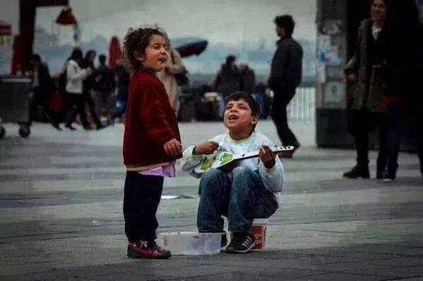 Nerede bir TÜRKÜ soyleyen gorürsen,korkma yanına otur.Çünkü kotü insanların türküleri yoktur. Adına ŞİİR yazılmamış kadınlara selam ederim burdan:))))))